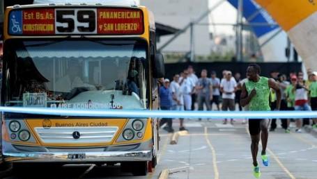 Bolt le ganó al colectivo en la avenida 9 de Julio
