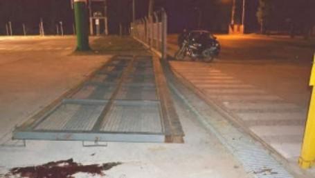 Tragedia en un supermercado: policía aplastado por una reja