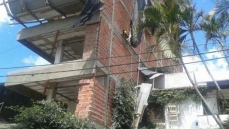 Un obrero cayó al vacío y se salvó por llevar colocado un arnés de seguridad