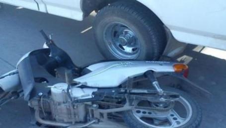Motociclista muerto al ser embestido por pick up