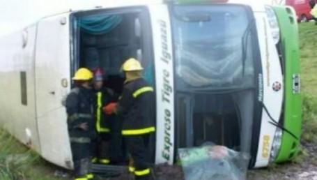 Una mujer murió al volcar colectivo que iba a la costa
