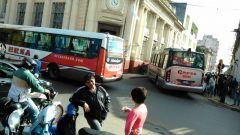 Un auto mal estacionado bloqueó a un bus articulado