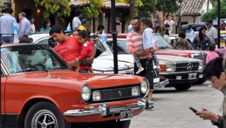Día de la Diversidad: una jornada única vivió Santa Ana con los autos clásicos