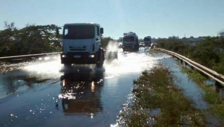 Por el avance del agua, DPEC elevó la altura de la línea entre La Cruz y Alvear