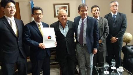 Dos Santos recibió a representantes de la Embajada de Japón