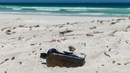 Hallaron el mensaje más antiguo de la historia arrojado al mar en una botella