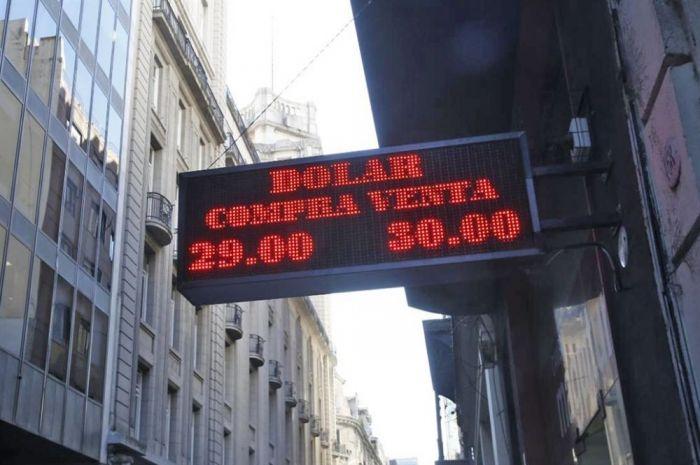 Bajó el dólar acompañado por la tendencia internacional