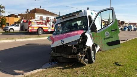 Grave accidente entre ambulancia y 2 motocicletas: varios heridos