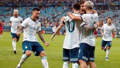 Argentina clasificó a cuartos con goles de Martínez y el Kun