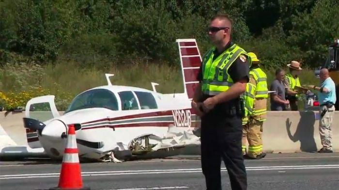 Avión monomotor chocó a un auto en aterrizaje de emergencia