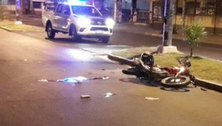 Derrapó con su moto frente al puerto y murió en forma instantánea