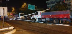 Por esquivar una moto un camión arrancó una columna frente al Hospital Escuela